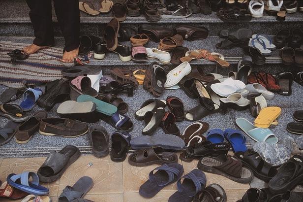 Widzicie tu jakieś wiązane sandały? (sytuacja przy wejściu do świątyni)