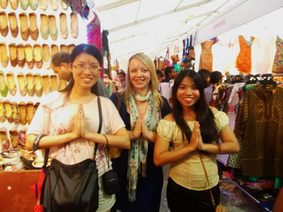 Obchody święta Deepavali w Malezji, na okolicznościowym bazarku ze znajomymi z Hong Kongu i Filipin
