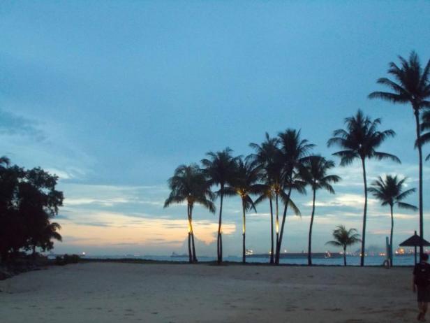 Miejsce wolne od malarii :) Zachód słońca na plaży Sentosa w Singapurze