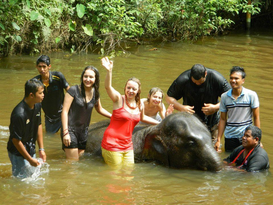 Kąpiel ze słoniem w rzece, Kuala Gandah, Malezja