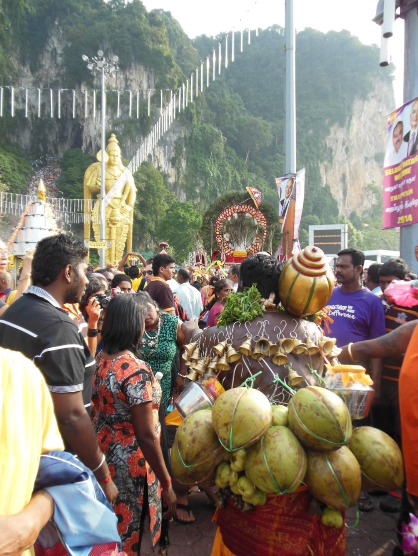 Temu panu leki niepotrzebne, bo jest w religijnym transie i nic nie czuje. Festiwal Thaipusam, Batu Caves, Malezja