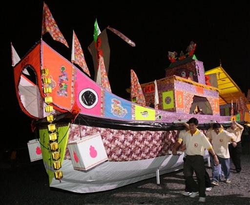 Wysłać duchom można nawet.. papierową, naturalnych rozmiarów łódź. Wystarczy ją spalić!