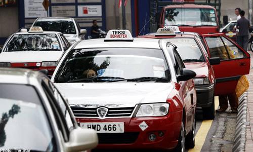 Typowe taksówki w Kuala Lumpur. Bywają też czasem zielone i niebieskie.
