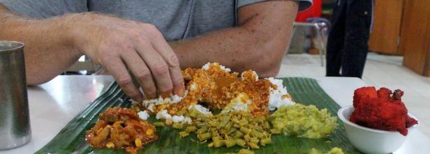 Banana leaf rice - danie, które jedzone sztućcami nie smakuje aż tak dobrze jak przy użyciu dłoni.