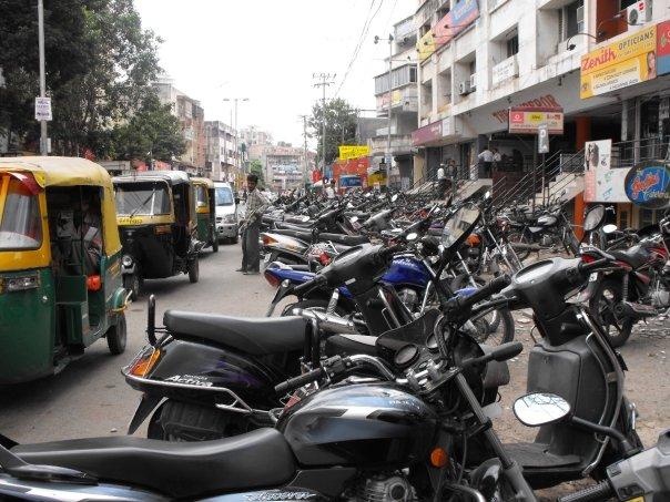 Standardowa ulica indyjska. Motory po horyzont!