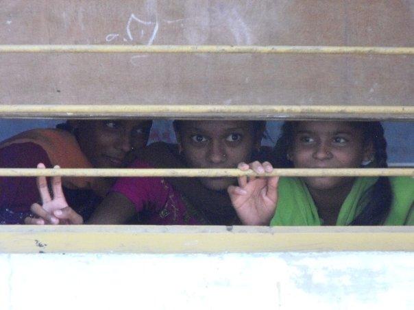 Dzieciaki w Indiach zupełnie nie kryją się ze swoją ciekawością. Tu dzieci zaglądają przez okno do szkoły, którą odwiedzaliśmy na wsi.