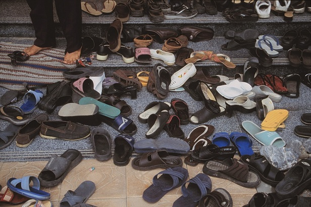 """Typowe wejście do świątyni, zabawa w """"znajdź swoje klapki"""""""