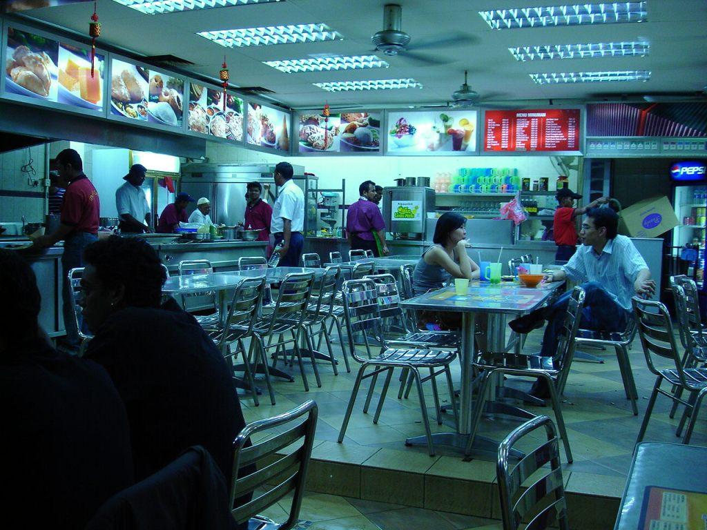 Typowy mamak - w takich miejscach jedzenie jest najsmaczniejsze, najtańsze i bez podatku!