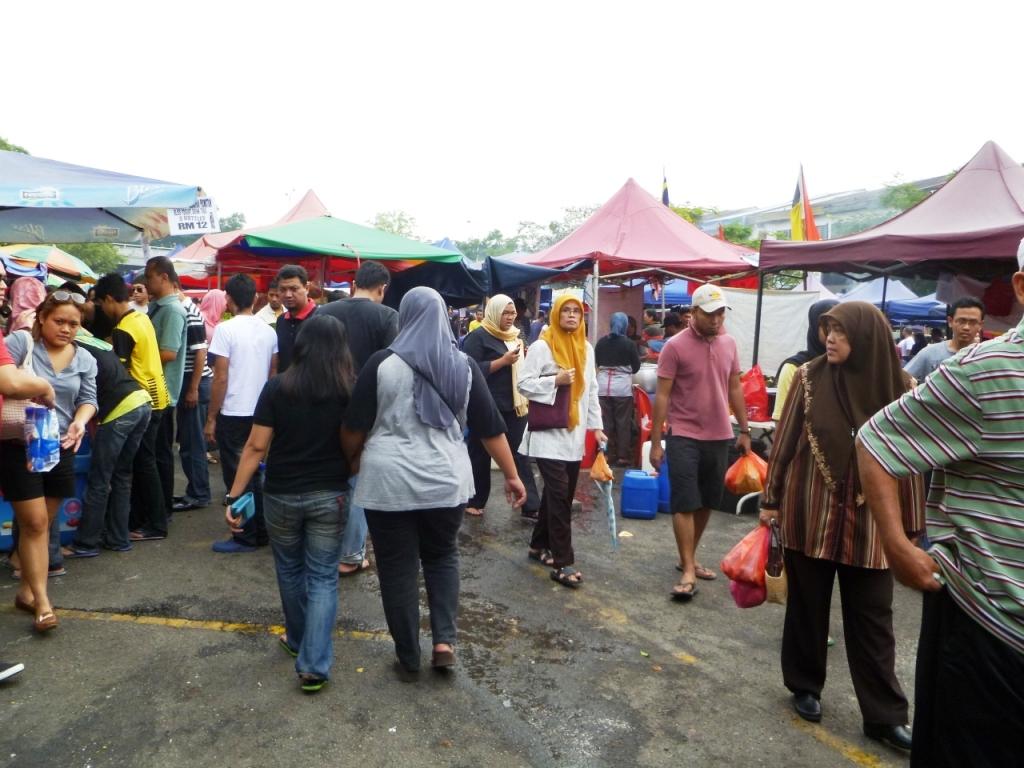 Malezyjski ryneczek: szorty. dżinsy i tuniki.