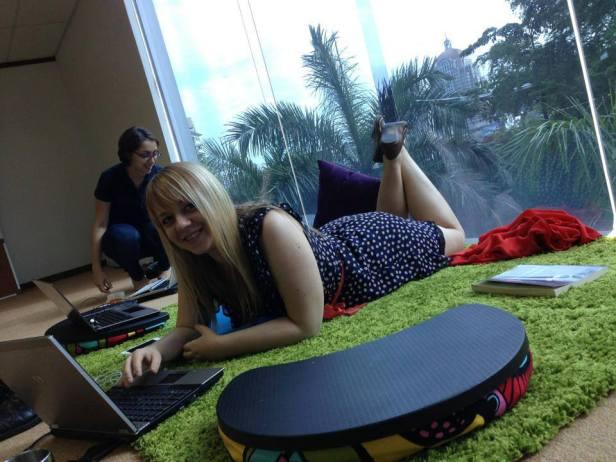Palmy za oknem i miękki dywan - w takich biurach lubię pracować!