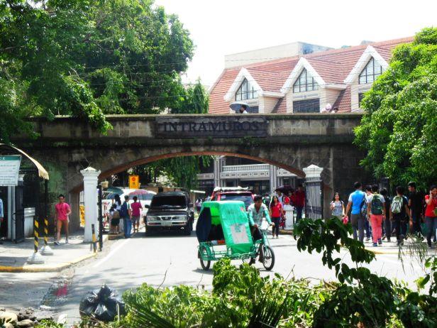 Wejście do Intramuros prowadzi- a jakże - przez mur