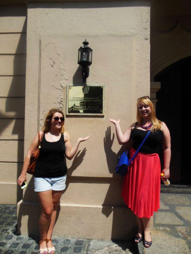Znalazłyśmy polski konsulat! Mało widać, ale na tabliczce jest polski orzełek