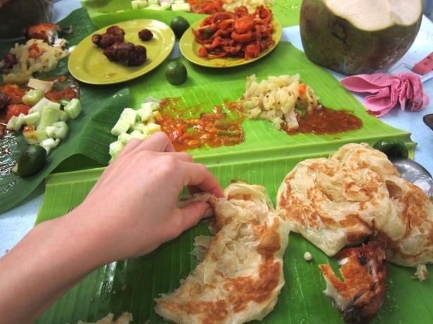 Dania takie jak roti czy banana leaf rice najlepiej smakują jedzone ręką, na liściu.