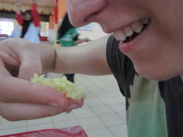 Kciuk trzymamy za jedzeniem. Teraz wystarczy wyprostować kciuk aby wepchnąć jedzenie do ust. Źródło obrazka: http://eliseinmalaysia.blogspot.com/