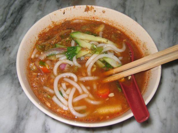 Rybna zupa laksa - zawsze jedzona przy pomocy pałeczek i łyżki