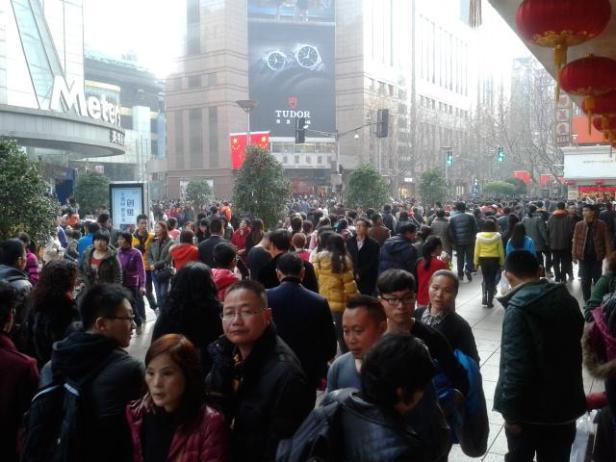 Shanghai. Jedna z głównym alei podczas Chińskiego Nowego Roku