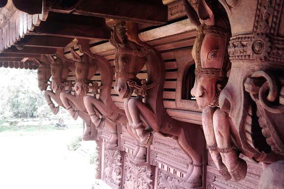 Konie rzeźbione przy stropach pałacu