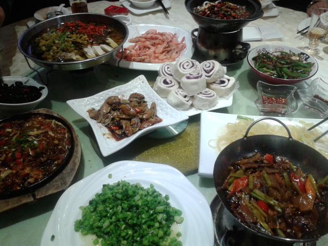 Typowy Chiński posiłek czyli mnóstwo potraw, którymi dzielimy się przy stole