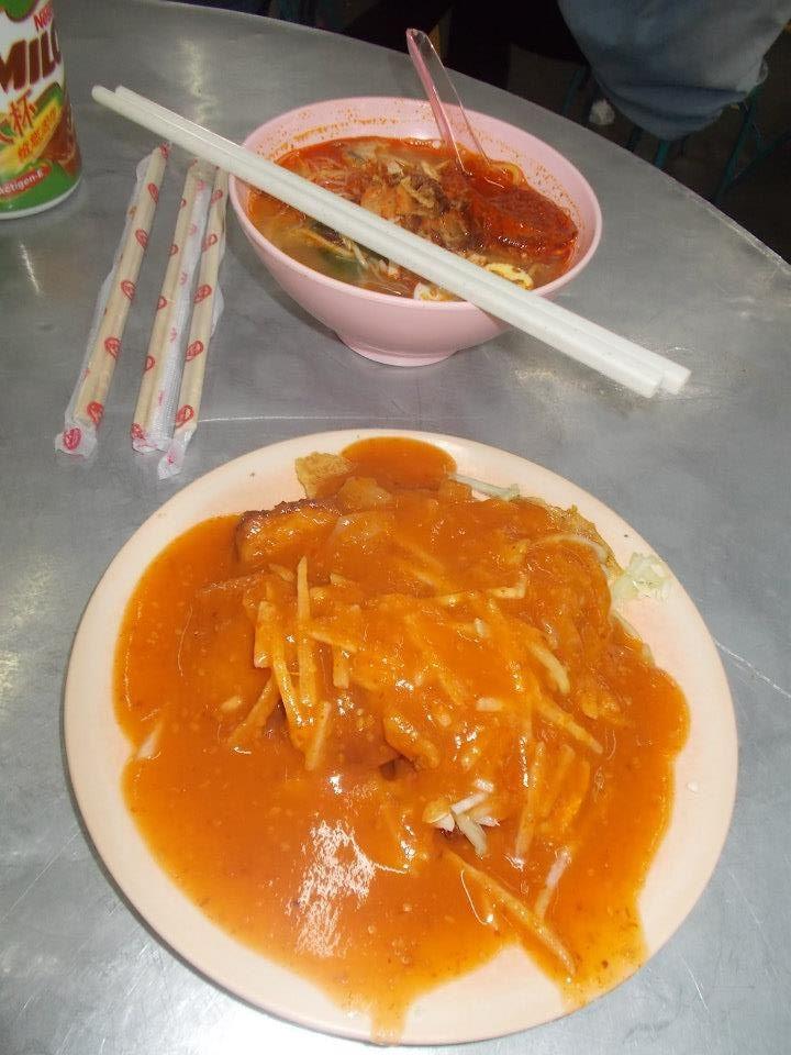 Z cyklu: cokolwiek byś zrobił, i tak się ubrudzisz: pasembor, czyli kombinacja smażonego mięsa, tofu i chińskich chipsów, z kiełkami soi, polana sosem pomidorowo-chilli.