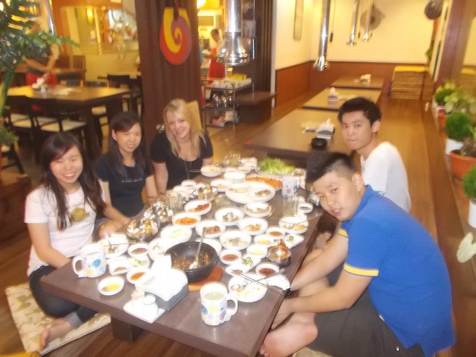 A tak to wygląda w koreańskiej knajpie. Tyle jedzenia, że aż się nie mieści na stole! (policzcie talerzyki!)