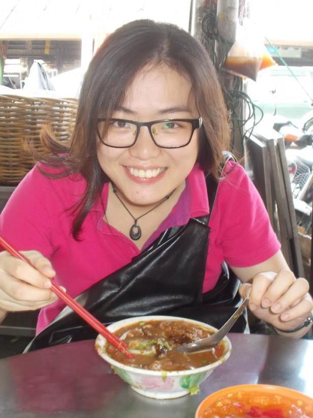 Pei San prezentuje, jak prawidłowo jeść zupę laksa (lub jakąkolwiek zupę z kluskami).