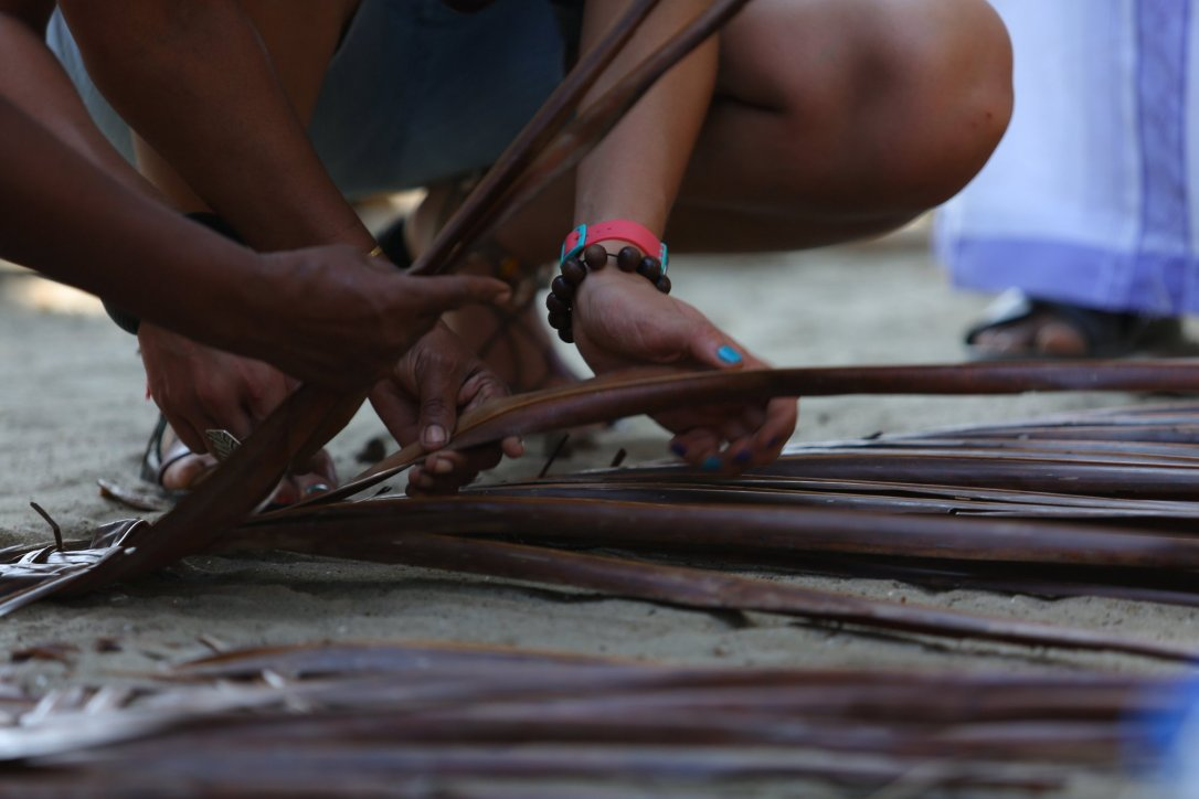 Pokaz wyplatania mat z liści palmowych