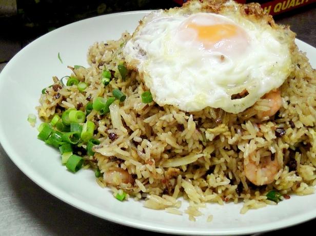 Kampung fried rice, czyli ryż po wiejsku. Z czymkolwiek, co jest w kuchni, czyli zwykle z chilli, pomidorem, papryką, czasem krewetkami i kurczakiem, do tego anchovies i smażone jajko na górze. Cena: 3-5RM.