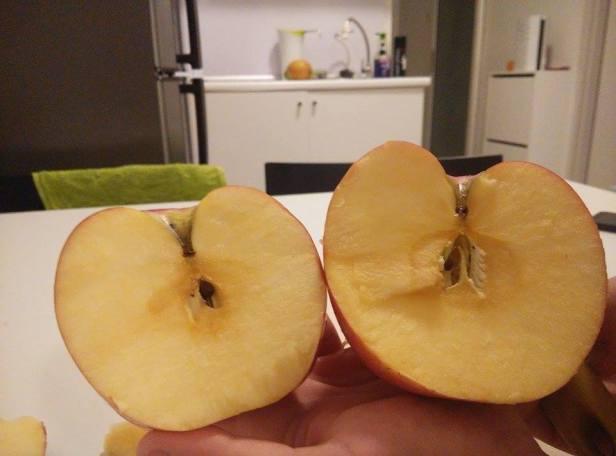 Superjabłko po prawej - wyraźnie większe i bardziej soczyste