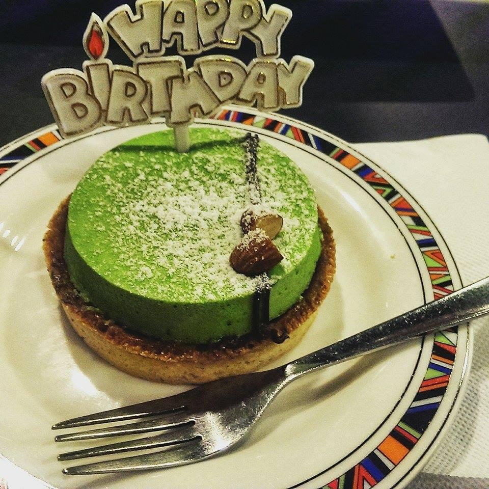 Ciastko urodzinowe 2015 - zielona herbata i sezam. Ale chętnie wymieniłabym to na kawałek jabłecznika od cioci!