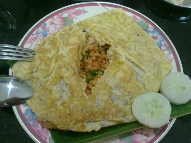 Pattaya fried rice, czyli ryż smażony z warzywami, zawinięty w omlet, który jest cieniutki jak papier. Malezyjczycy jedzą to mocno przyprawiając omlet słodkim sosem z chilli. Cena: 3-4RM