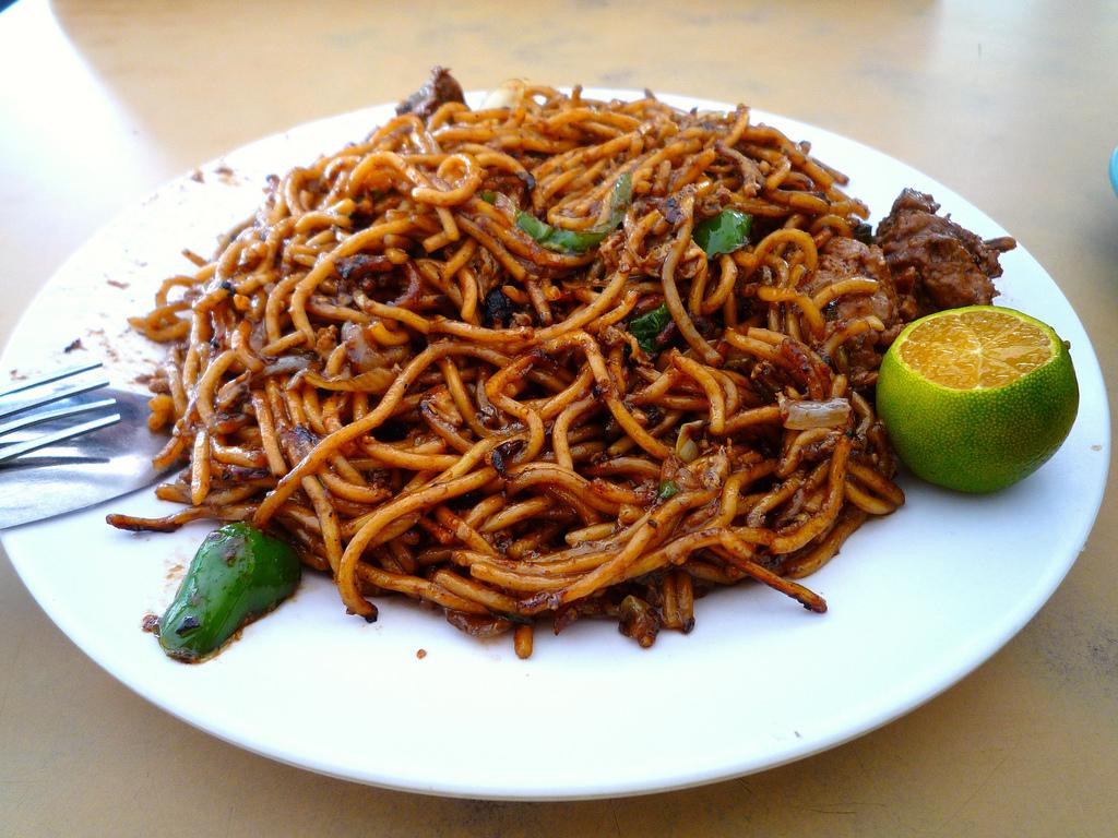 Mee goreng, czyli ryżowe klusku z gęstym sosem sojowym, kurczakiem i warzywami. Do tego limonka dla dodania aromatu.
