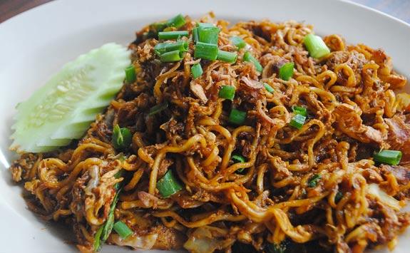 Maggi mee, czyli kluski z zupki chińskiej z sosem sojowym, warzywami i często z kurczakiem. Najpopularniejsze danie w mamaku. Cena: 2-5RM
