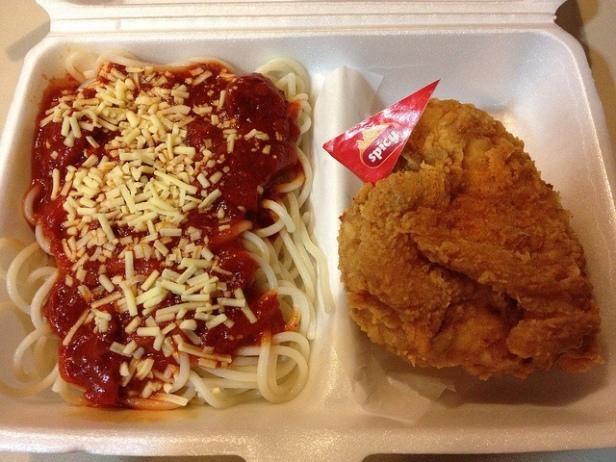 """Jollibee: smażony kurczak i spaghetti z sosem, kawałkami parówek i """"sztucznym serem"""""""