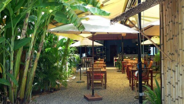 Jedno z miejsc, które zawsze polecam - restauracja Haven w Siam Reap w Kambodży. Pieniądze zarobione z restauracji używane są jako środki na szkolenie dzieciaków z domów dziecka - w knajpie mają zapewnione zakwaterowanie, wyżywienie i praktyczną naukę zawodu kucharza lub kelnera.
