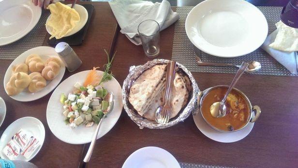 W Indiach można też zjeść i tak - na stole, z użyciem sztućców.
