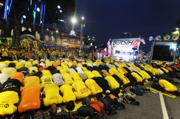 Piękna scena ukazująca modlących się muzułmanów - popierających postulaty Bersih 4.0.