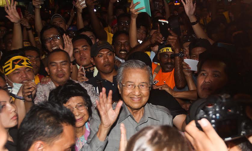 Niespodziewany gość – Dr Mahathir, były premier Malezji, obecnie pierwszy i najważniejszy krytyk rządu. I kto pamięta, że to on de facto rozmontował federację niemożebnie ją centralizując, zatarł do końca granice między polityką a biznesem, a ostatnio (na swoim blogu^^) nawoływał do cenzury Internetu. Wróg wroga jest przyjacielem.