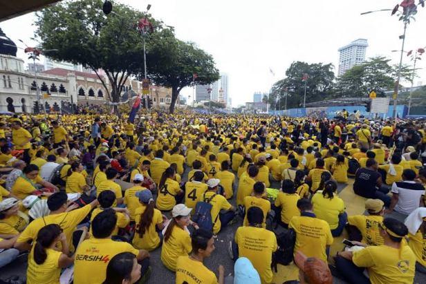 Protest w okolicach placu Merdeka, gdzie w poniedziałek miały się odbyć oficjalne uroczystości rządowe. Organizatorzy przestrzegali i przypominali, by nie próbować forsować barierek ustawionych przez siły rządowe.