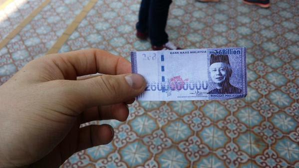 """Ktoś włożył dużo zachodu by wydrukować nominał 2,6 mld MYR, będący aluzją zarówno do topniejącej wartości malezyjskiego ringgita jak i sławnej """"dotacji""""."""