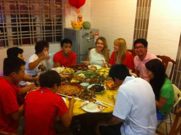 Rozmowę przy stole bez problemu przeprowadzicie po angielsku, nawet w Chiński Nowy Rok - zdjecie z obiadu rodzinnego u kumpla :)