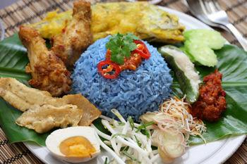 A niebieski ryż próbowaliście? To tzw. nasi kerabu/