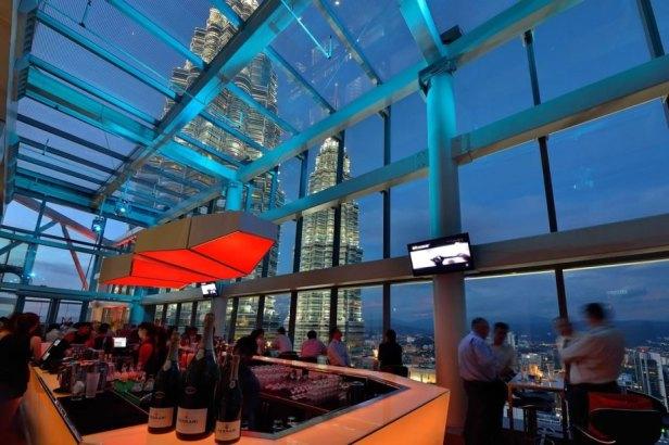 Drinka możecie wypić np. w takich okolicznościach przyrody, w Kuala Lumpur.