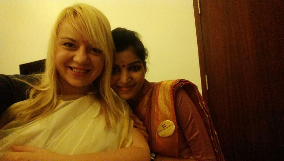 Moja fantastyczna pomocnica - bez niej nigdy nie byłabym w stanie założyć sari!