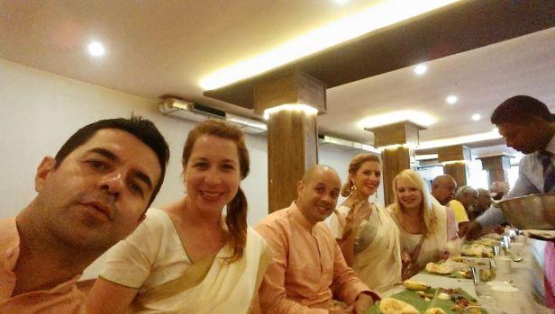 Na uczcie sadya, czyli jedząc z liści bananowca. Obok mnie blogerzy z Izraela, Puerto Rico, Brazylii i Hiszpanii.
