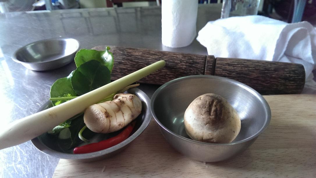 Podstawowe składniki do więkdzości dań - trawa cytrynowa, galangal, limonka kaffir i grzyby tajskie
