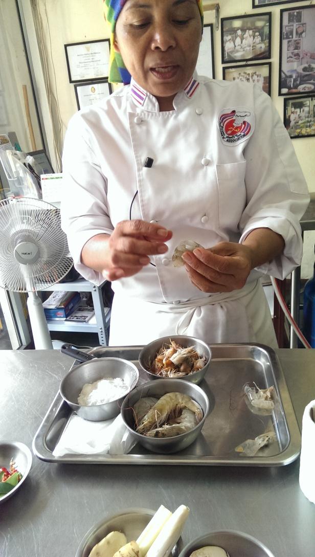 Chef Leez prezentuje składniki do curry
