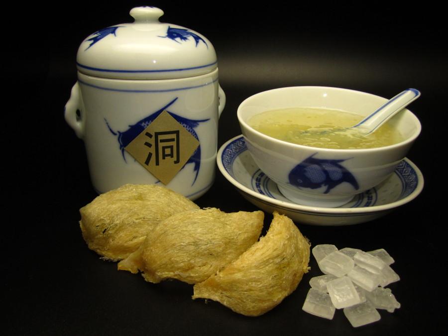 Ptasie gniazda przed i po wrzuceniu do zupy. Obok kryształy cukru które dodaje się do zupy.