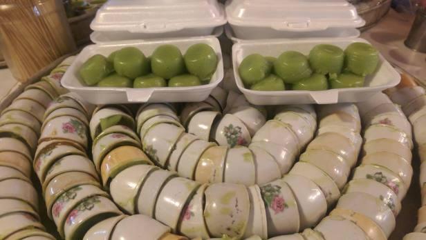 Słodycze z mąki ryżowej i liścia pandan, zastygnięte w malutkich kubeczkach