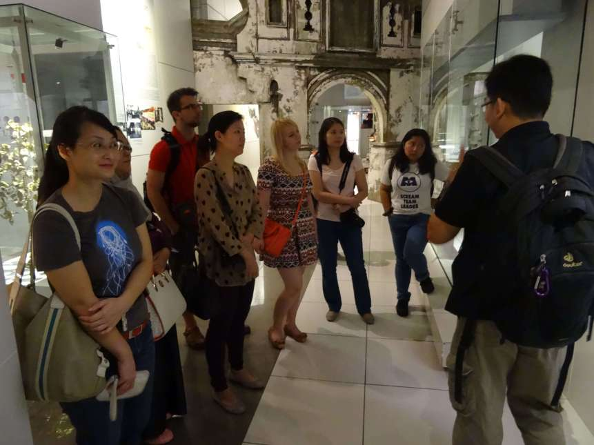 The bloggers listening intently to Mr. Yee as he discusses Malaysian history during the Prehistoric era-min