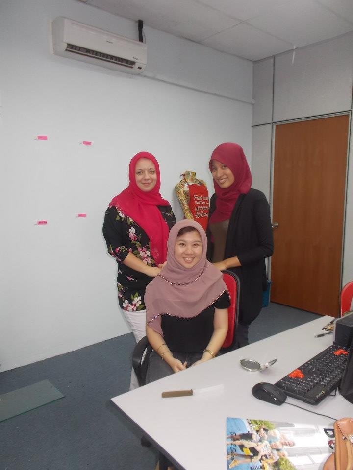 Z ciekawości, poprosiłam koleżankę z biura, żeby pokazała mi jak wiąże się hidżab i jak go nosić. Założyłam go na cały dzień, stwierdziłam, że jest dość niewygodnie, ale przynajmniej coś już na ten temat wiem ;)